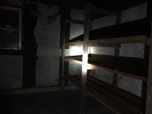 Regal in der Upkammer - auch leer und ziemlich dunkel.